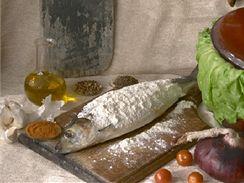 Ryba obalená v mouce, připravená ke smažení.