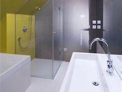 Hladké skleněné plochy koupelny odrážejí světlo