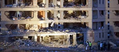 Exploze bomby nastražené v autě zranila 46 lidí a poničila budovu kasáren španělské Civilní gardy (29. července 2009)