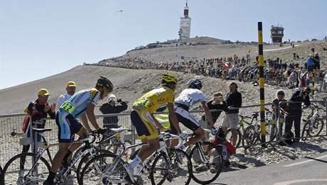 Cyklist� na Tour de France stoupaj� na vrchol Mont Ventoux
