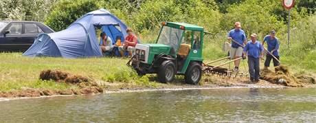 Autokemp Merkur - vytahování vodních řas z laguny