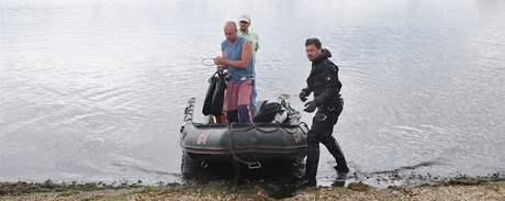 Vodní záchranáři a policejní potápěči ve Velké laguně Novomlýnských nádrží