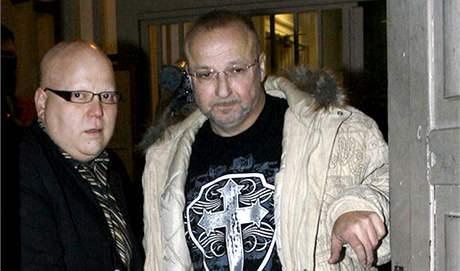 Šéf fotbalové Marily Jaroslav Starka (vpravo) a jeho advokát Julius Kramarič.