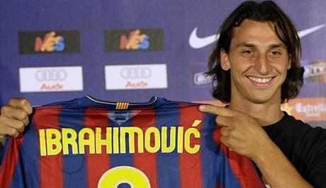Zlatan Ibrahimovic pózuje s barcelonským dresem.