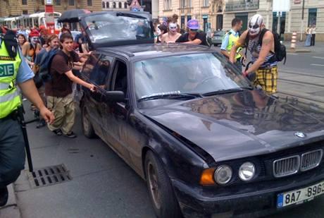Squateři převlečení za šašky při pochodu Prahou. (21. července 2009)