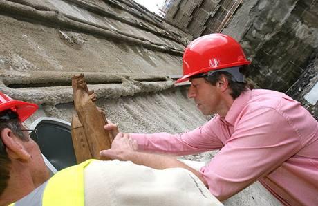 Protiražba tunelu Blanka začala osazením sošky svaté Barbory na portále tunelů. (21. července 2009)