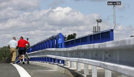 Nově otevřený most nad železniční tratí ve Studénce.