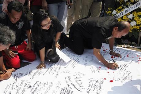 Lidé uctívají zabité při útocí na dva hotely v Jakartě (20. července 2009)