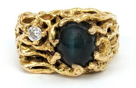 Prsten Elvise Preselyho, ozdobený diamantem, do aukce věnoval zpěvákův dlouholetý přítel Bill Porter