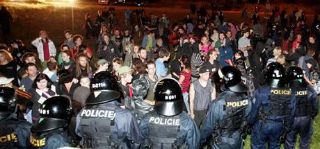Policejní zásah na demonstrující squatery před vilou Milada (22. července 2009)