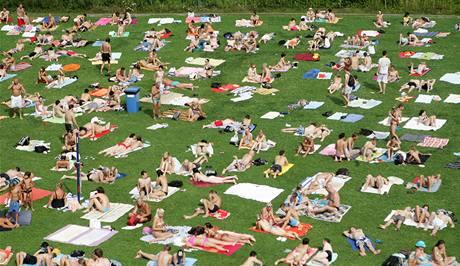 Bazén v Podolí ve čtvrtek praskal ve švech.