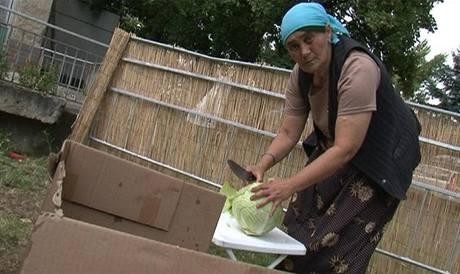 Romové v kempu Pražačka chystají oběd. (25. července 2009)