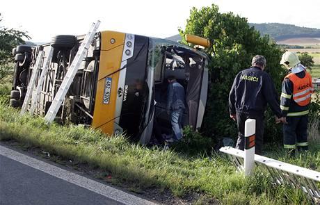 Hasiči pomáhají s likvidací nehody autobusu Student Agency, který havaroval v Drahonicích u Lubence (20. července 2009)