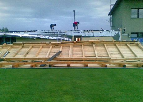 Silný vítr zničil fotbalistům v Zásadě na Liberecku zázemí u stadionu (23. července 2009)