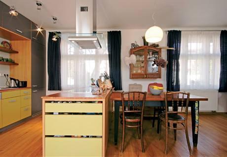 Kuchyňský stůl navazuje na ostrůvek s varnou deskou