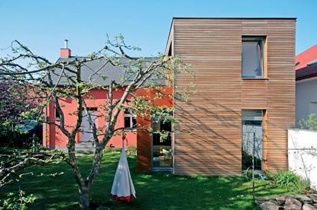 Dřevěný oobklad přístavby dobře doplňuje barevně výraznou fasádu starého domu