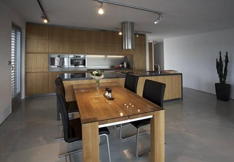 Majitelé chtěli, aby kuchyně v obývacím pokoji příliš nevyčnívala, proto má větší část linky podobu kompaktního tělesa bez úchytek