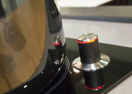 Senzory hl�daj� za kucha�e teplotu v hrnci