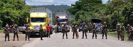 Honduraští vojáci hlídají silnice u hranice s Nikaragou (24. července 2009)