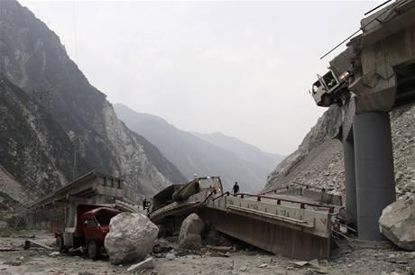 Most v čínské provincii S'-čchuan se zlomil pod sesuvem půdy (25. července 2009)
