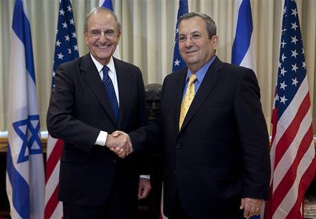 Obamův vyslanec George Mitchell (vlevo) s izraelským ministrem obrany Ehudem Barakem (26. července 2009)
