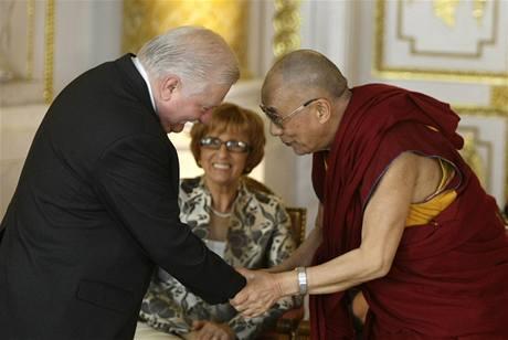 Dalajlamovi gratuloval k ocenění i bývalé polský prezident Lech Walesa (29. července 2009)
