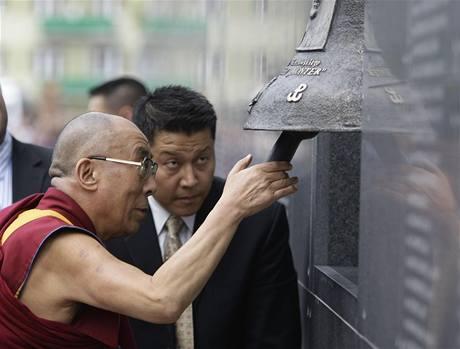 Dalajlama rozezvučel zvon v Muzeu Varšavského povstání (29. července 2009)