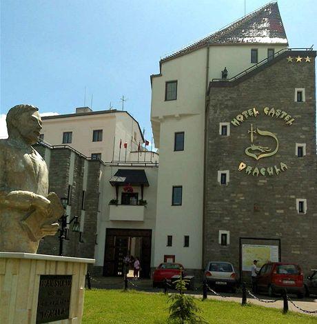 Stopem na krvavý Kavkaz. Z Drakulova hradu nad Bistritou je hotel (foceno z mobilu).