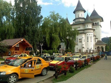 Ve městě Gora Humorulu na severovýchodě Rumunska je plno klášterů, kostelů, turistů, taxíků.. Je tu prostě hezky.
