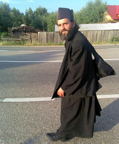 Mnich stopuje u rumunské Suceavy do svého kláštera