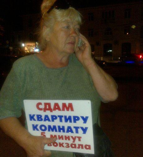 """""""Babuška"""" Zoja nabízí u simferopolského nádraží komnatu na přenocování. Dohodneme se na 120 hřivnách, což je 280 korun."""