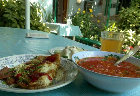 A domácí oběd na Krymu - omeleta, boršč, sklenice kvasu, salát