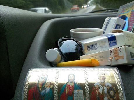 Svaté obrázky a cigarety - povinná výbava mých řidičů
