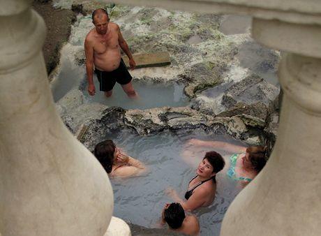 Kislovodsk je vyhlášené lázeňské město. U promenády se lide koupou v horkých pramenech.