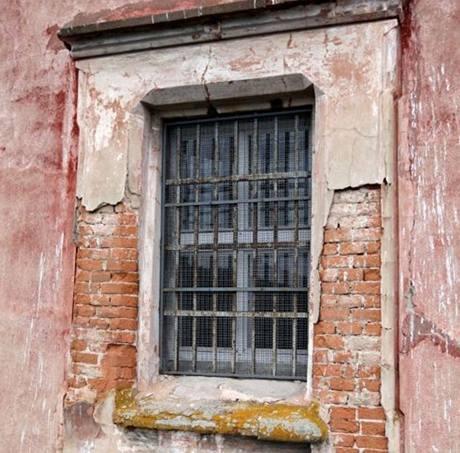 Tímhle oknem uprchl vězeň Kájínek z Mírova. Filmaři si ho ke svému překvapení směli natočit.