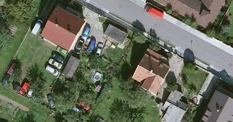 Letecký snímek Přední Kopaniny, na kterém je vidět soukromé parkoviště mezi domy.
