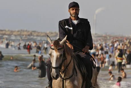 Policie řízená hnutím Hamas kontroluje na pláži v Gaze, zda se tu nedějí nepravosti