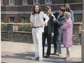Snímek The Beatles před focením na přechodu v Abbey Road pořídila Linda McCartneyová