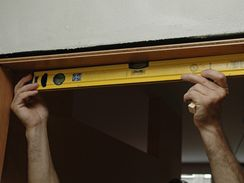 Po nasazení nosné části zárubně měřte rovinnost horní části