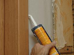 Spáry začistěte akrylátovým tmelem