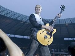 Skupina U2 vystoupila na berlínském Olympiastadion (Adam Clayton)