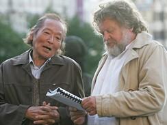Z natáčení Kawasakiho růže - fotograf Antonín Kratochvíl (vpravo)