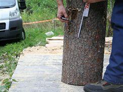2/ Druhou čáru veďte ve výšce zhruba 50 cm, tedy tak, aby byla výsledná výška sedátka přibližně 10 až 12 cm