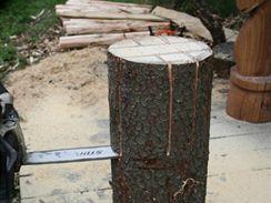 8/ Pro vyříznutí středového dílu ve spodní části židle použijte tzv. řez zápichem, u kterého je důležité začít řezat spodní částí špičky lišty. Po zaříznutí pily do dřeva už můžete v řezu pokračovat rovně