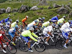 Cyklisté vysoko v Alpách na Tour de France