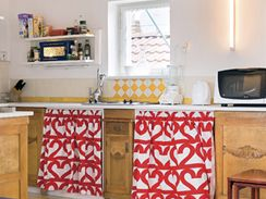 """Kuchyni si majitelka """"postavila"""" ze zbytků starého nábytku"""