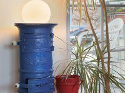 Ze starých kamínek a obyčejné skleněné koule vytvořila Viera netradiční lampu