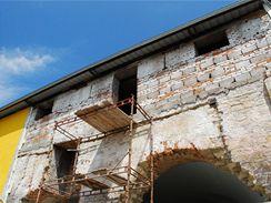 Čelní stěny mají tloušťku až 1,5 metru