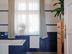 Koupelna v přízemí s původním oknem
