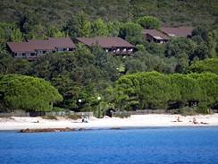 Korsika. Pohled na pláž a apartmány u Castel Verde de la Mer